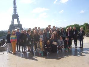 Schülergruppe vor dem Eifelturm